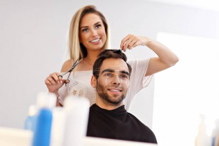 Homme adulte au salon de coiffure
