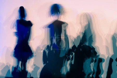 Photo pour Image abstraite floue de la foule dansant, silhouettes de foule - image libre de droit