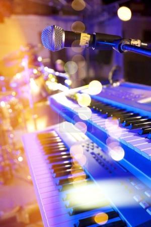 Photo pour Fond de musique live. Concert et festival de musique. Instrument sur scène et bande - image libre de droit