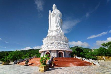 Photo pour Vue majestueuse sur le Bouddha (le Bodhisattva de la Miséricorde) à la pagode Linh Ung, Danang (Da Nang), Vietnam. Statue de Bouddha blanc sur fond bleu ciel . - image libre de droit