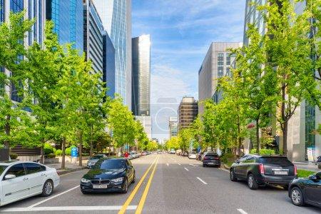 Photo pour Séoul, Corée du Sud - 14 octobre 2017 : Impressionnante vue colorée sur la rue Gukjegeumyung-ro à Yeouido. Paysage urbain ensoleillé incroyable. Yeoui Island est le principal quartier financier et bancaire d'investissement de Séoul . - image libre de droit