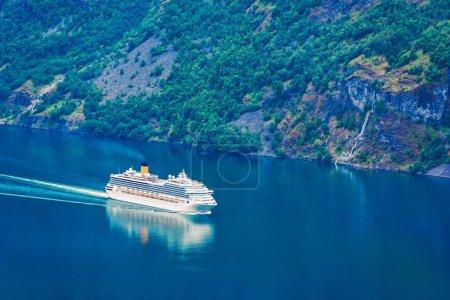 Photo pour Vue imprenable sur le fjord Sunnylvsfjorden et le bateau de croisière, près du village de Geiranger, dans l'ouest de la Norvège . - image libre de droit