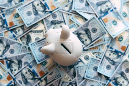 Foto de Alcancía hucha con dólares en efectivo closeup. Concepto financiero - Imagen libre de derechos