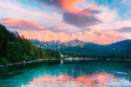 Photo pour Coucher de soleil fantastique sur le lac de montagne Eibsee, situé en Bavière, en Allemagne. Scène dramatique inhabituelle. Alpes, Europe. Photographie de paysage - image libre de droit