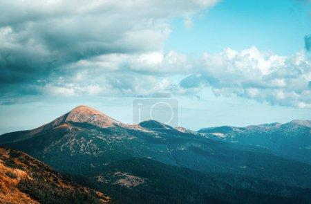 Photo pour Vue sur les collines de printemps lumineux par le soleil du soir. Scène dramatique. Carpates, en Ukraine, Europe. - image libre de droit