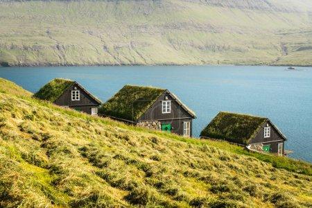 Photo pour Vue pittoresque sur les maisons traditionnelles faroese couvertes d'herbe dans le village Bour pendant l'automne. Île de Vagar, Îles Féroé, Danemark . - image libre de droit