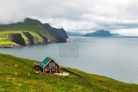 Photo pour Maison des gardiens de phare sur l'île de Mykines, îles Féroé, Danemark. Photographie de paysage - image libre de droit