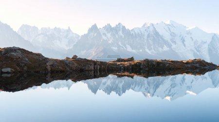 Photo pour Panorama du lac de Chesery Lac de Cheserys et de la chaîne de montagnes enneigées Monte Bianco en arrière-plan, Chamonix, France Alpes - image libre de droit