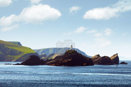 Photo pour Paysage marin avec phare sur l'île Muckle Flugga, Royaume-Uni, Écosse, îles Shetland. Photographie de paysage - image libre de droit