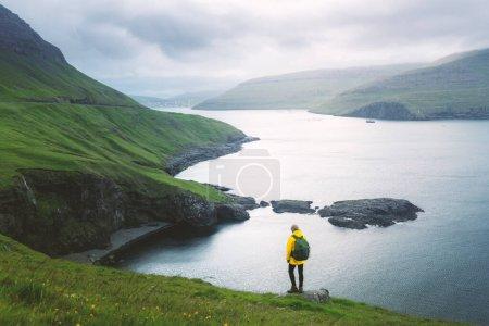 Photo pour Vue spectaculaire sur les collines verdoyantes de l'île de Vagar et de la ville de Sorvagur en arrière-plan. Îles Féroé, Danemark. Photographie de paysage - image libre de droit