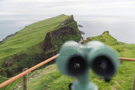 Photo pour Vue imprenable sur le vieux phare du point de vue avec des jumelles touristiques sur l'île de Mykines, îles Féroé, Danemark. Photographie de paysage - image libre de droit