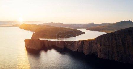 Photo pour Vue panoramique incroyable sur le lac Sorvagsvatn sur les falaises de l'île de Vagar au coucher du soleil, îles Féroé, Danemark. Photographie de paysage - image libre de droit