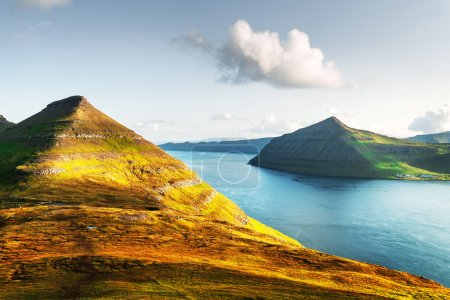 Photo pour Vue imprenable sur les îles Féroé, rayonnante par la lumière du coucher du soleil. Photographie de paysage - image libre de droit