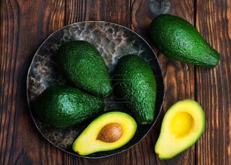 Photo pour Avocats vertes fraîches sur la table en bois - image libre de droit