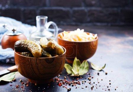 Photo pour Concombres cueillis dans un bol, cuisine traditionnelle russe - image libre de droit