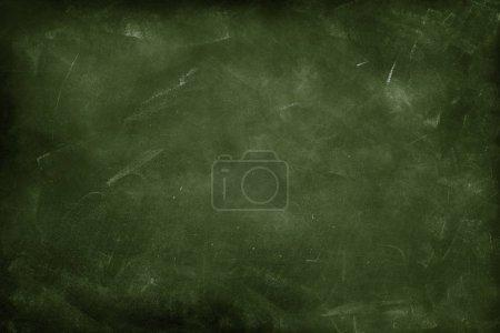 Foto de Frotó hacia fuera sobre fondo verde de la pizarra de tiza - Imagen libre de derechos