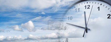 Photo pour Horloge visage dans le ciel bleu. Le temps passe - image libre de droit