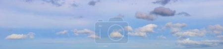Photo pour Nuages blancs moelleux dans un ciel bleu - image libre de droit