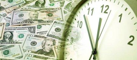 Photo pour Horloge et billets américains assortis. Le temps est une idée d'argent - image libre de droit