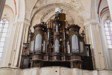 Photo pour Instrument de musique d'orgue dans l'église - image libre de droit