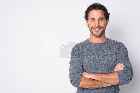 Photo pour Studio photo de bel homme hispanique avec barbe de chaume sur fond blanc - image libre de droit