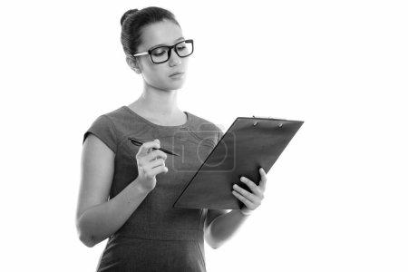 Photo pour Photo prise au studio d'une jeune belle femme isolée sur fond blanc en noir et blanc - image libre de droit