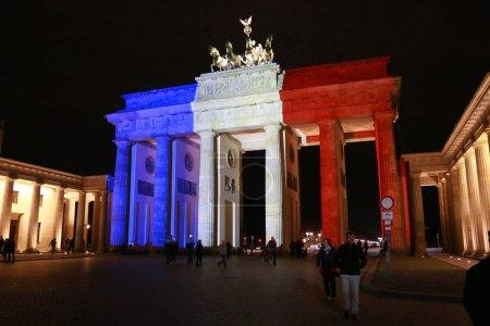 Photo pour Berlin, Allemagne - novembre 2015: après l'acte de terreur islamistic à Paris, les gens viennent pour commémorer ceux qui souffrent - image libre de droit