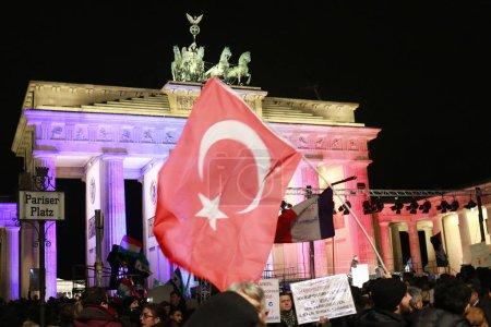 Photo pour 29 juin 2016 - Berlin: le «Brandenburger Tor» (porte de Brandebourg) est illuminée aux couleurs du drapeau turc en signe de solidarité après la terreur (islamistic) attaques à Istanbul. - image libre de droit
