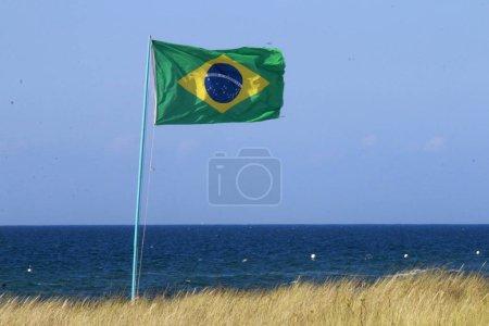 Photo pour Brasil flag par la mer à la journée ensoleillée - image libre de droit