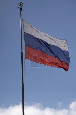 Photo pour Drapeau russe dans le vent sur le ciel bleu - image libre de droit