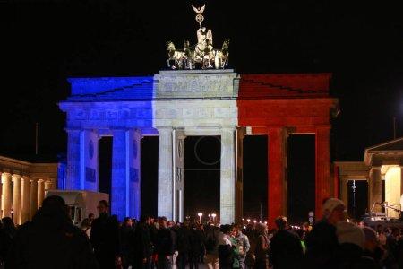 Photo pour Berlin, Allemagne - 14 novembre 2015: Porte de Brandebourg aux couleurs nationales de la France après l'attentat des terroristes islamistes à Paris - image libre de droit