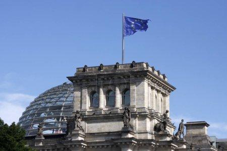 Photo pour Drapeau de l'Europe sur le Reichstag, Berlin. - image libre de droit