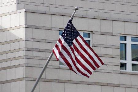 Photo pour Drapeau américain devant l'ambassade des Etats-Unis à la Pariser Platz, Berlin-Mitte. - image libre de droit