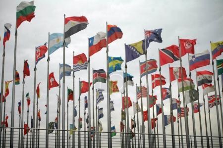 Photo pour Drapeaux nationaux de différents pays, Convention Center, Leipzig, Allemagne - image libre de droit