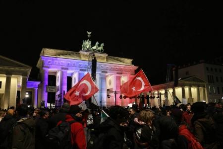 Photo pour Drapeau turc devant la porte de Brandebourg - veillée de députés musulmans devant la porte de Brandebourg après les attentats de Paris, Ambassade du Français, 13 janvier 2015, Berlin - image libre de droit