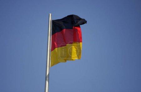 Photo pour Drapeau allemand au-dessus du bâtiment de Reichstag à Berlin. - image libre de droit