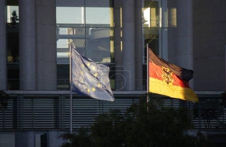 Photo pour Drapeaux de l'Union européenne et l'Allemagne devant la Chancellerie fédérale, Berlin. - image libre de droit