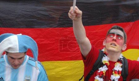Photo pour Argentins et un supporters allemands après les quarts de finale de l'équipe nationale allemande à la Coupe du monde 2006 le 30 juin 2006 contre l'Argentine, qui a été décidé aux tirs au but en faveur de l'Allemagne, Fanmeile - image libre de droit