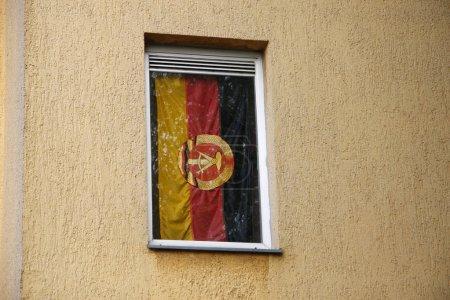 Photo pour Drapeau de RDA dans la fenêtre, Berlin-Treptow. - image libre de droit