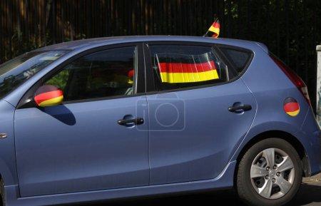 Photo pour Voiture bleue décorée de drapeaux de l'Allemagne pendant la Coupe du monde de football 2014, Berlin - image libre de droit