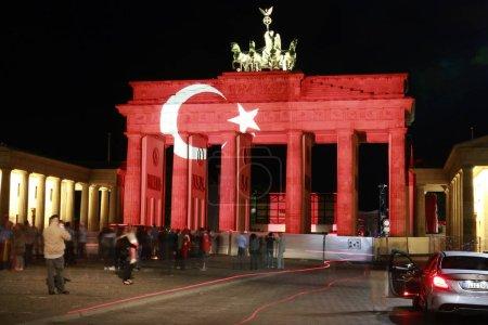 Photo pour Porte de Brandebourg qui brille dans les couleurs du drapeau national de la Turquie, après une frappe terroriste islamique d'Istanbul, Pariser Platz, 29 juin 2016, Berlin, Allemagne - image libre de droit