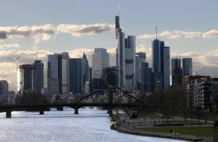 Photo pour Skyline de Francfort-sur-le-Main avec le siège de la Commerzbank, le bâtiment Heleba et d'autres gratte-ciel sur le Main, Francfort-sur-le-Main, Allemagne - image libre de droit