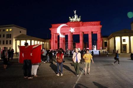 Photo pour 29 juin 2016 - Berlin: La porte de Brandebourg illuminée aux couleurs du drapeau turc en signe de solidarité après que la terreur (islamistic) attaques à Istanbul - image libre de droit