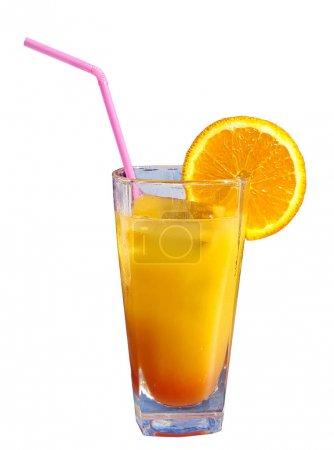 Vaso de jugo de naranja con fruta