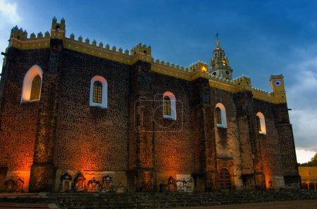 Foto de Vista del convento de San Gabriel en la noche en Cholula, México - Imagen libre de derechos