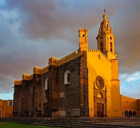 Foto de Vista del convento de San Gabriel en puesta del sol en Cholula, México - Imagen libre de derechos