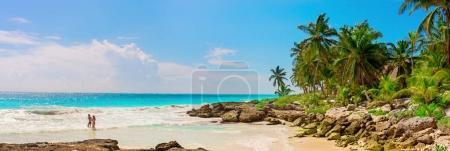 Photo pour Un couple amoureux, homme et femme à la plage de sable tropical sur la mer des Caraïbes. Yucatan, Mexique . - image libre de droit