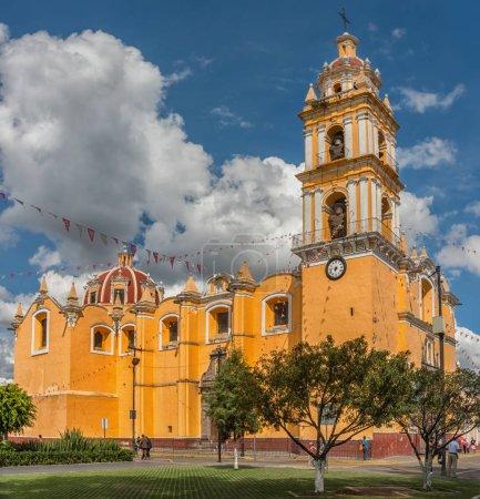 Foto de Cholula, México - 12 de noviembre de 2016: Iglesia de San Pedro Apostol en Cholula, Puebla, México - Imagen libre de derechos