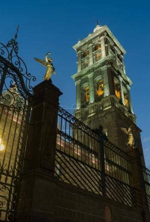 Foto de Catedral de Puebla durante la noche en Puebla, México - Imagen libre de derechos