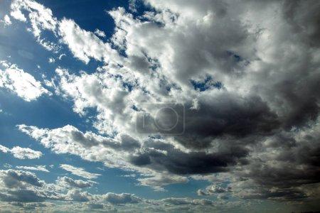 Photo pour Ciel bleu avec des nuages. Nuages blancs ensoleillés sur le ciel - image libre de droit